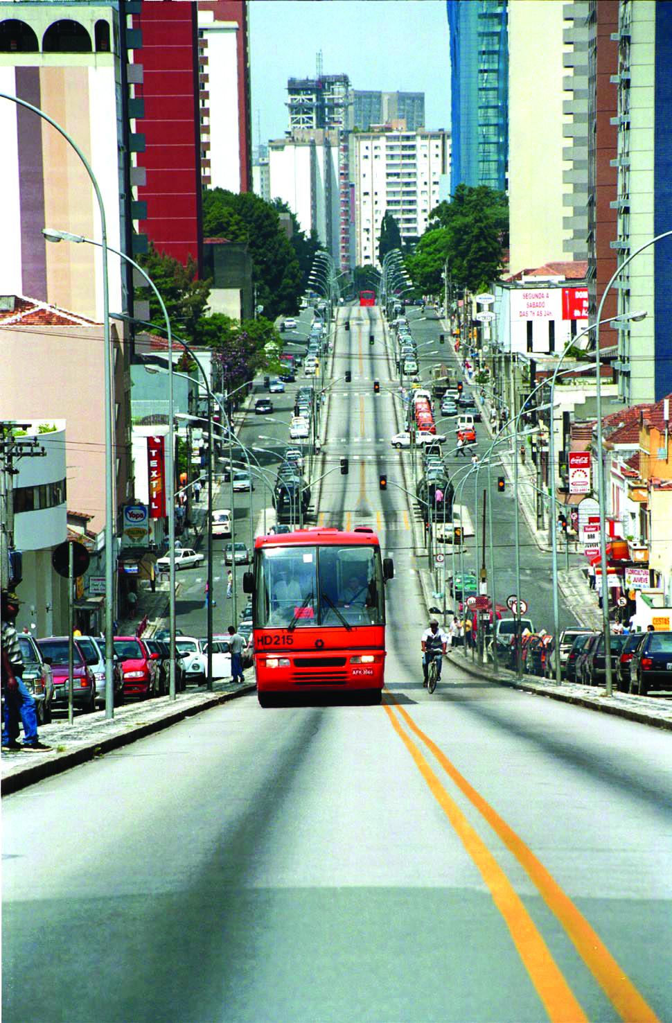 Setor Estrutural no bairro Juvevê - canaleta com ônibus expresso biarticulado